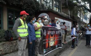 सरकार खोज्दै थाल ठटाउँदै बालुवाटर पुगे पत्रकारहरु